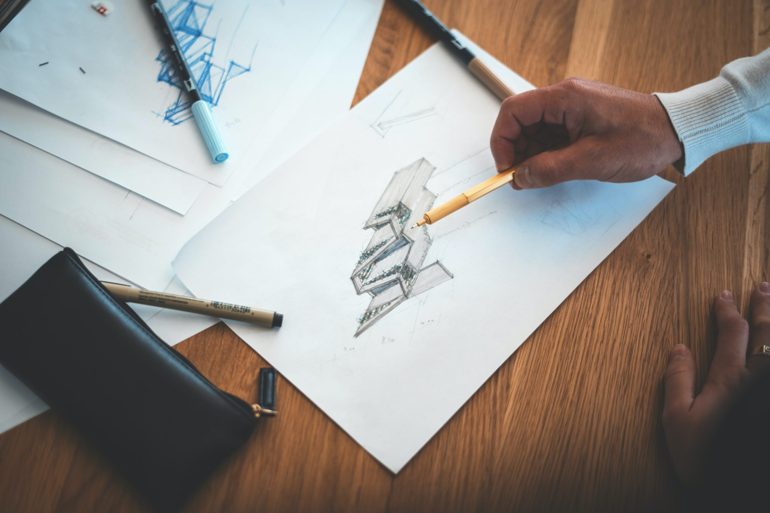 鉛筆スケッチをする人